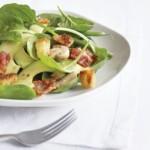 Salata cu frunze tinere de spanac si sunca
