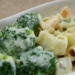 Macaroane cu sos de branza topita si broccoli